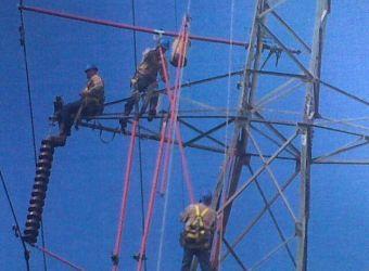 equipo-expertos-en-linea-etesa-realizan-remplazo-en-la-cadena-aisladores